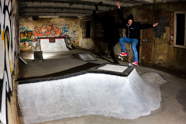 Tomas Krnavek nosegrinding the central obstacle.