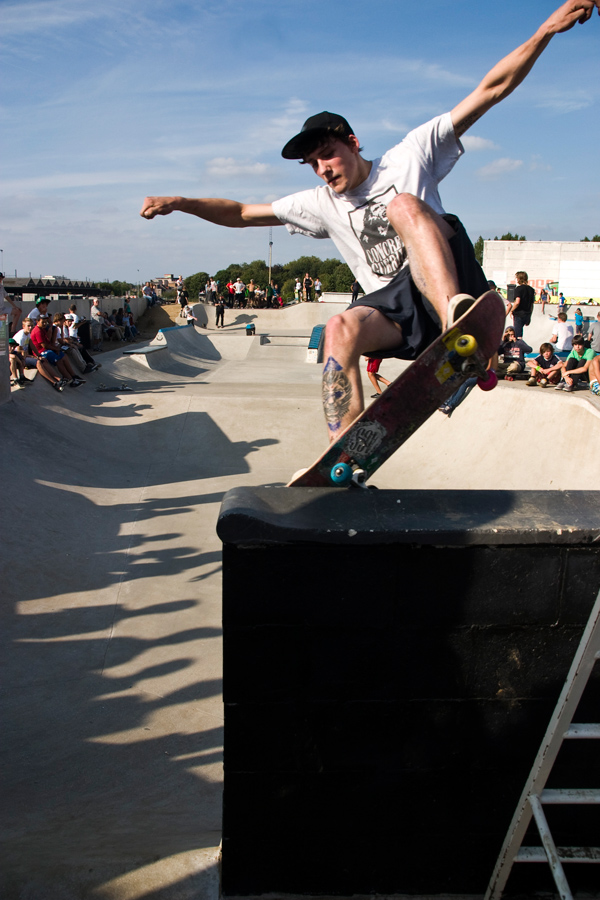 Jeele Moens killing the session by grinding his nose into the bank