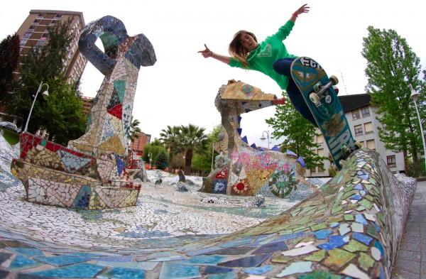 Ianire Elorriaga. Pivot to fakie in Bilbao. Photo: Xabi Goitisolo