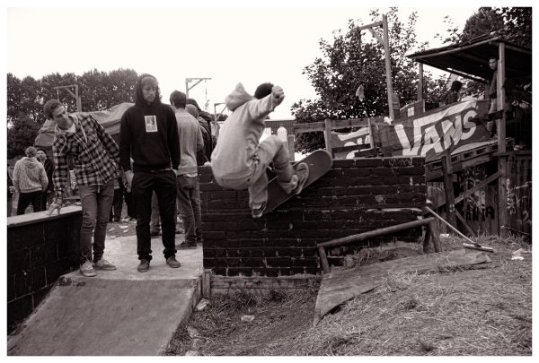 When everybody thought the skating was over, Hans found this (im)possible fs wallride on the bbq. He bumped on the rail in his way out!