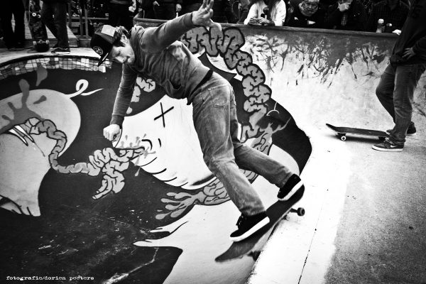 Ian Dykmans cruised around in the bowl and passed by with a backsmithgrind in style.