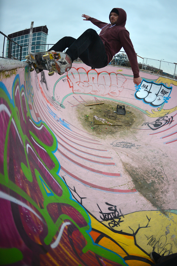 Tobi Hees frontside slash grind on the side wall. M & M Pool. Amsterdam. Photo: J. Hay