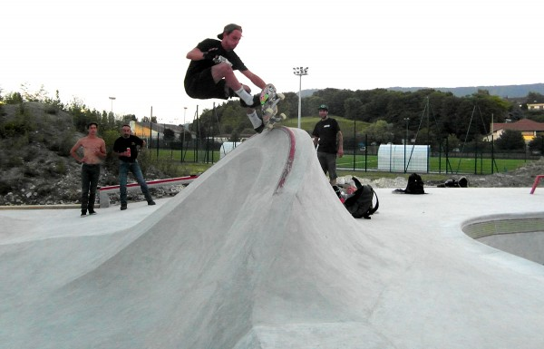 Koekie. FS grind grab on the coping on top of the cradle.