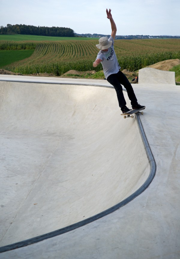 Rohan Anderson grinding the 3/4 bowl.