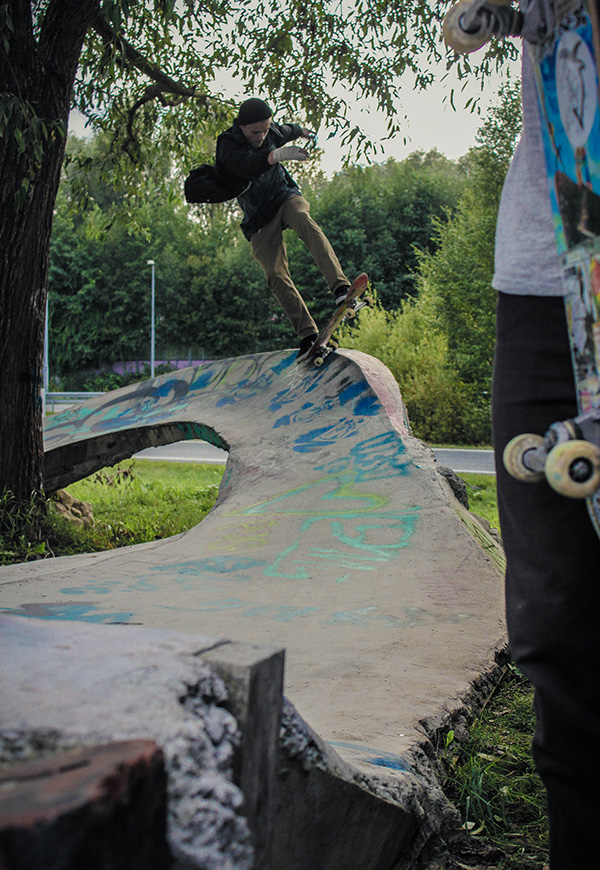 Lauri Ojanen from Tampere grinding to fakie behind the tree. photo: Viltsu