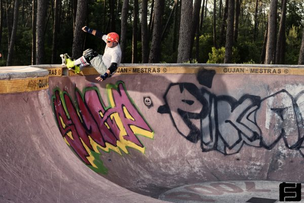 Wolfgang Toth. Frontside grind over the death box. Gujan bowl.