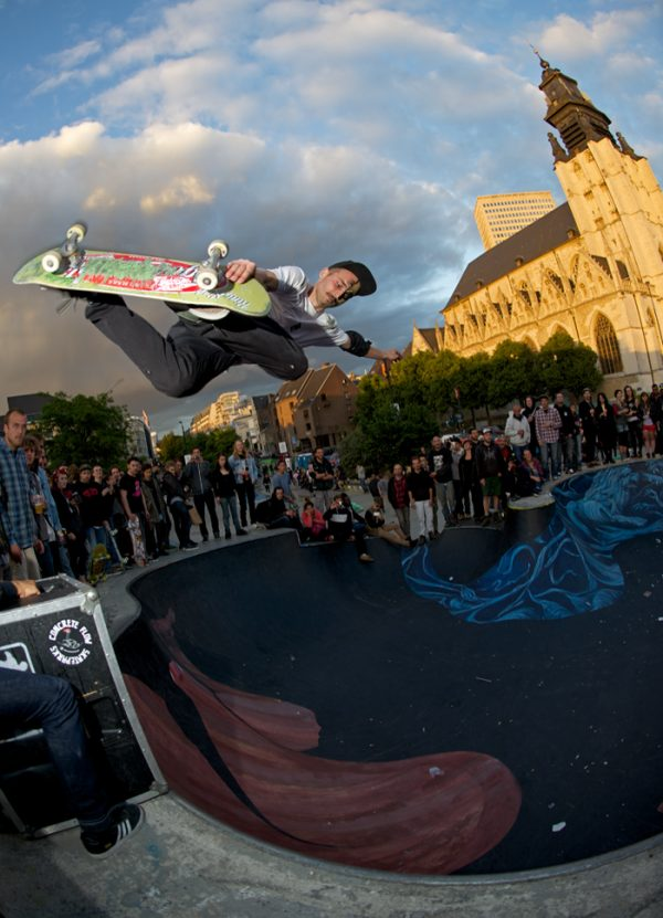 Szymon Stachon blasting a method air.