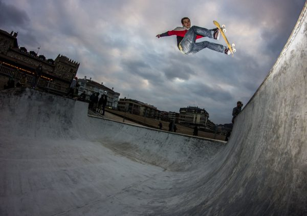 Mikel Muguerza from Zumaia blasting a powerful fs shifty in one of the first sessions in the skatepark.