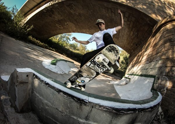 Frontside nosegrind. Photo: Valentin Klinger