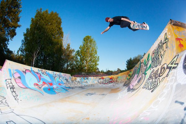 Simon Karlsson. Backside air. Skarpnäck, Sweden. Photo: Niemho