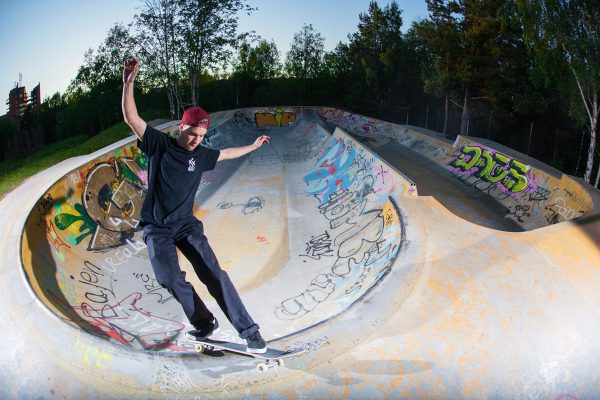 Simon Karlsson. Frontside feeble grind. Skarpnäck, Sweden. Photo: Niemho