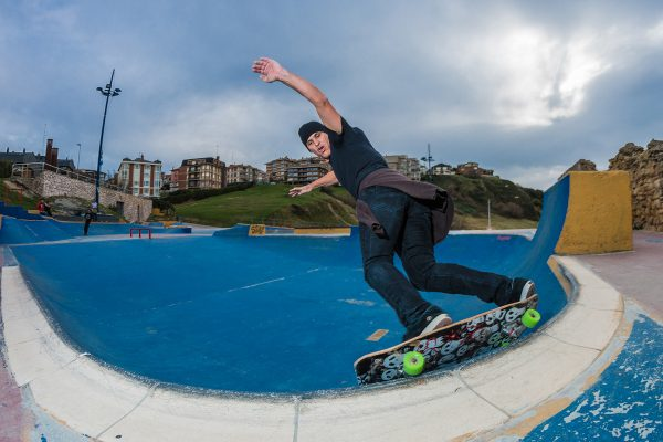 Kuko. Corner carve on the pool coping. Photo: Jaime Marcos