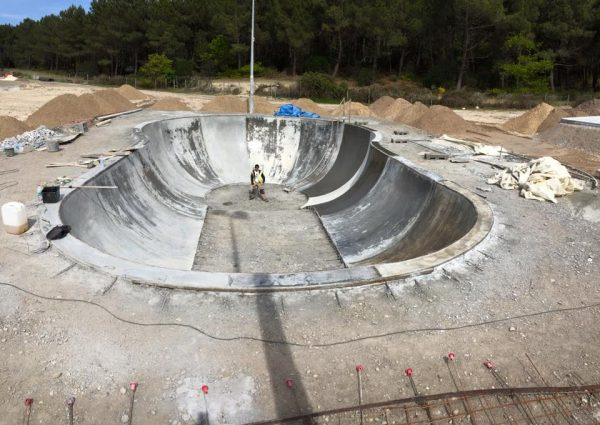 Zut skateparks in France to finish this big bowl. Alex waiting for his helmet and knee pads to go for it!