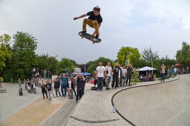 Jaime Mateu. Massive backside 360 transfer from the 12 foot deepend into the bank of the street course. Photo: Jo Hempel
